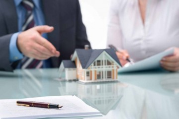 real-estate-agent-meeting-918x516